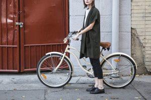 自転車の乗っている女性
